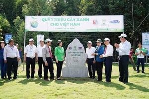 Vinamilk trồng 100 ngàn cây xanh và tặng 66 ngàn ly sữa ở Cà Mau