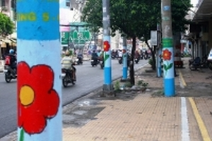 Nhiều cột điện 'nở hoa' trên đường phố Sài Gòn