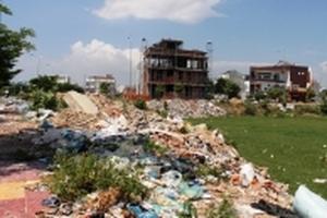 Cư dân bị 'tra tấn' bởi mùi hôi thối của rác thải trong khu đô thị mới