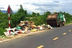 Dân bức xúc chặn xe HTX môi trường vì mang rác đổ trên đường quốc lộ