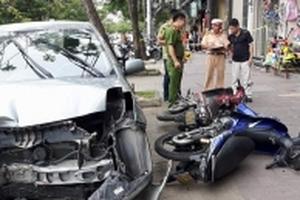 Xế hộp mất lái đâm liên hoàn 3 xe máy, 2 người nhập viện
