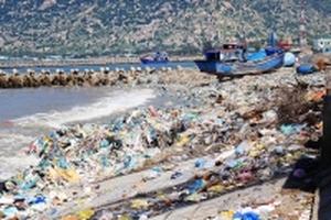 Rác thải phủ kín bờ biển Ninh Thuận