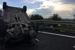Xế hộp 'phơi bụng' trên đường sau tai nạn liên hoàn trên cao tốc Pháp Vân