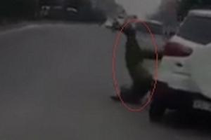 Đang làm nhiệm vụ, một chiến sỹ cảnh sát bị xe ô tô hất văng xuống đường