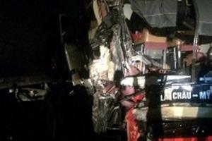 Xe khách giường nằm tông trực diện xe tải trên cao tốc trong đêm, 8 người bị thương
