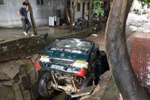 Lào Cai: Đường bất ngờ sụt lún, xe tải bị lọt nằm gọn dưới hố sâu