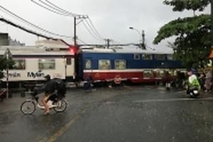 Tàu hỏa vẫn chạy trong bão số 10, khách hủy được hoàn tiền vé