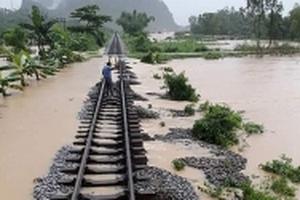Bão số 10: Tuyến đường sắt Thống Nhất qua tâm bão đã thông suốt