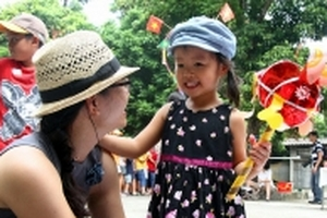 Phụ huynh đua nhau đưa con về làng làm đồ chơi trung thu truyền thống