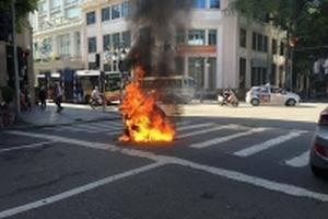 Đang lưu thông trên đường, xe máy bất ngờ bốc cháy
