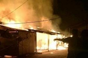 Cháy lớn trong đêm, 7 gian hàng bị ngọn lửa thiêu rụi