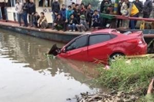 Phát hiện ô tô con dưới sông, bên trong có người tử vong