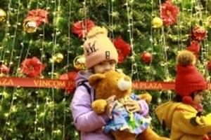 Đắk Lắk: Các em nhỏ được cha mẹ mặc quần áo ấm háo hức xuống phố đón Noel sớm
