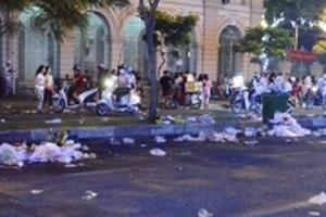 Thảm cỏ xanh bị dẫm nát, rác ngập nhiều tuyến phố TP HCM sau tiếng pháo giao thừa