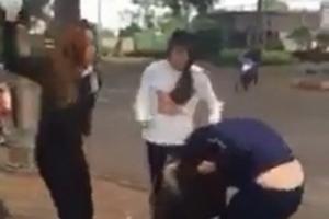 Nhóm nữ sinh thẳng tay dùng mũ bảo hiểm 'choảng' nhau giữa đường