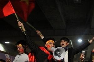 Hàng ngàn người reo hò, chào đón 5 cầu thủ U23 Việt Nam tại sân bay Vinh