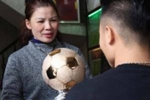 Tuyển thủ U23 Việt Nam Quang Hải và món quà ý nghĩa tặng mẹ