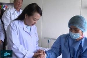 Bộ trưởng Bộ Y tế thăm và tặng quà cho bệnh nhân tại Bệnh viện Chợ Rẫy