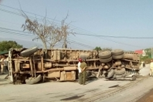 Xe tải húc 70m lan can cầu rồi 'nằm phơi bụng' trên đường