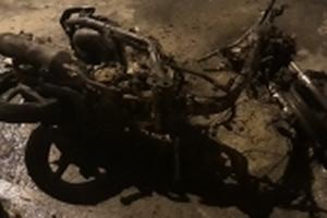 Người đàn ông tháo chạy khi xe tay ga bị cháy rụi trên đường Trường Sa