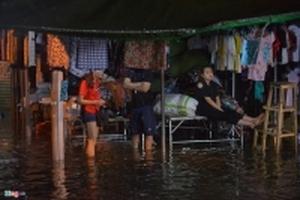 Tiểu thương trở tay không kịp khi mưa lớn trút xuống Hà Nội