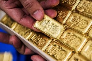 Giá vàng hôm nay (15/5) giảm do đồng USD mạnh lên và nhà đầu tư chờ số liệu kinh tế của Mỹ