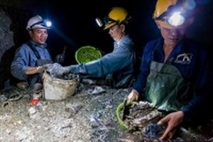 Những người dầm mình trong cống thối móc rác ở Sài Gòn