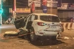 Dùng máy cắt phá đầu ô tô giải cứu 2 người Trung Quốc mắc kẹt vì tự đâm dải phân cách