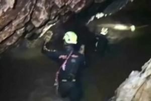 """Thái Lan giải cứu đội bóng mắc kẹt: Khoan hàng trăm lỗ tìm đường vẫn """"vô vọng'"""