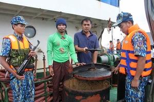 Bắt giữ 2 tàu vận chuyển khoảng 174 nghìn lít dầu DO trái phép