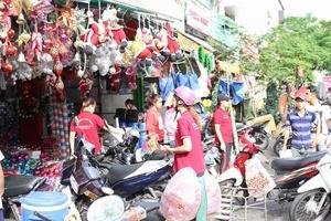 Tấp nập mua sắm ở chợ Giáng sinh lớn nhất Sài Gòn, đồ trang trí giá vài chục nghìn hút khách