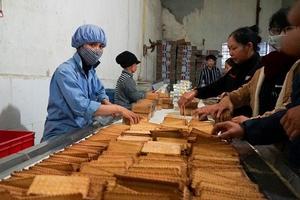 Đột kích cơ sở sản xuất bánh kẹo bẩn