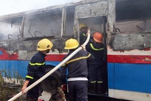 Xe chở công nhân đỗ dọc đường bỗng nhiên cháy dữ dội