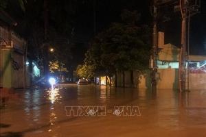 Mưa lớn trong đêm, nhiều tuyến đường thành phố Điện Biên Phủ ngập sâu trong nước
