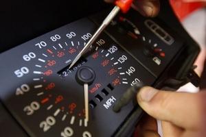 Mua xe ô tô cũ, làm thế nào để kiểm tra đồng hồ kilomet bị tua lại?