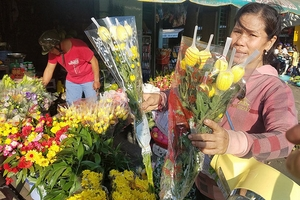 """Rằm tháng Giêng:  Hoa tăng giá gấp 6,  trái cây bị """"làm giá"""""""