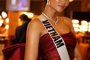 H'Hen Niê tự tin sải bước trên sàn catwalk tại Hoa hậu Hoàn vũ 2018