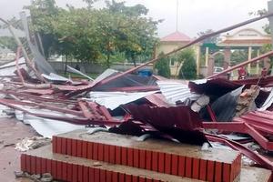 Thạch Hà - Hà Tĩnh: Nhà cửa, trường học ở xã Ngọc Sơn bị tốc mái do lốc xoáy trong đêm