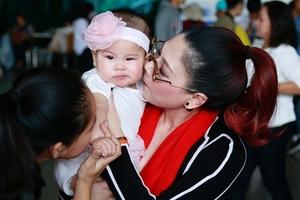 Ca sĩ Thanh Thảo lần đầu đưa con gái và chồng về Việt Nam đón Tết