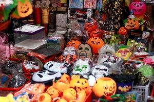 """Hà Nội: Ngập tràn đồ chơi """"ma quỷ"""" rùng rợn trước lễ Halloween"""