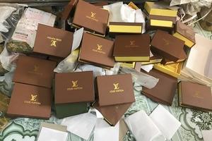 """Thâm nhập """"thủ phủ"""" đổ buôn túi xách giả nhãn hiệu Gucci, Chanel, Charles & Keith"""