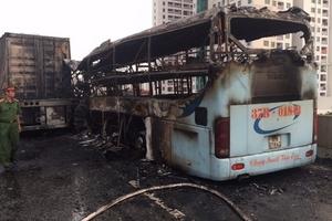 Hà Nội: Xe khách húc đuôi container rồi bốc cháy, 3 người thương vong