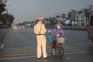 Phòng Cảnh sát giao thông Bắc Giang: Phát khẩu trang cho người tham gia giao thông