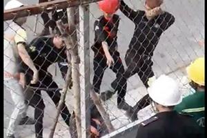 Hai công nhân bị bảo vệ đánh gục do không đội mũ bảo hiểm khi vào công trình?