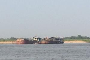 Huyện Mê Linh (Hà Nội): Tàu no cát - doanh nghiệp no... tiền