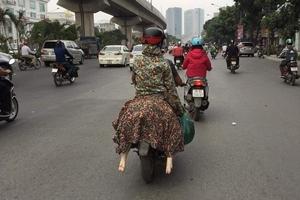 Bức ảnh hot nhất hôm nay: Ninja ngồi sau xe máy và cặp giò trắng nõn thò ra khiến dân mạng giật mình