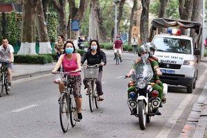 Video: Hà Nội xử phạt người không đeo khẩu trang khi ra đường