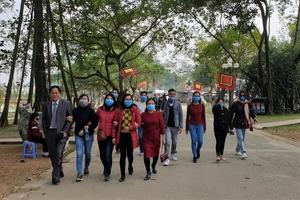 Video: Khách Tây được cảnh sát Hà Nội phát khẩu trang miễn phí chống dịch corona
