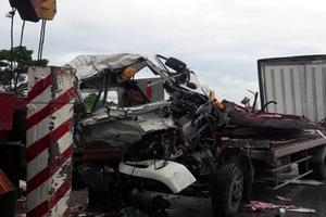 Xe tải đông lạnh nát bét khi tông container, 2 người thương vong