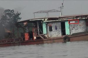 Hà Nội: Cát tặc tàn phá sông Hồng, ai đang tiếp tay?